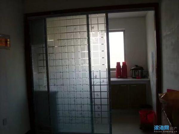 因个人原因,现将滨海港镇 , 小街村街上的一个顶楼套间出售,。